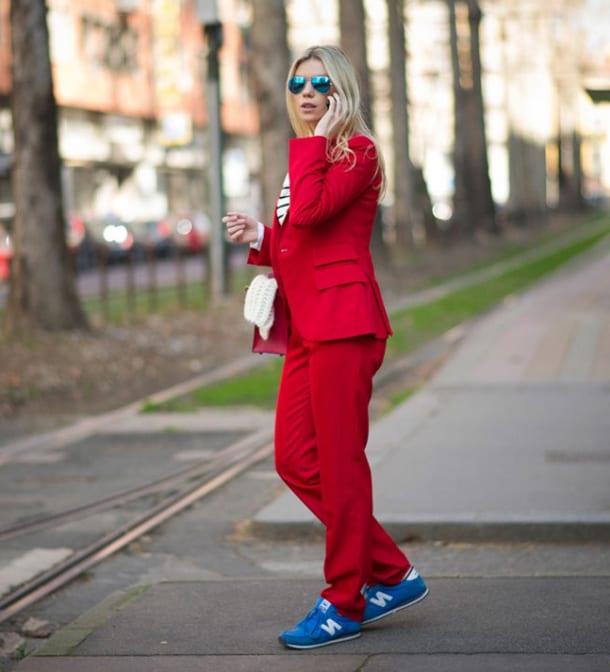 Девушка в красном костюме
