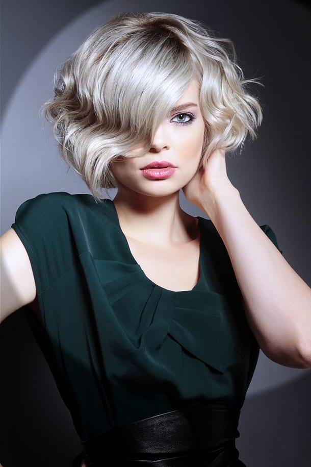 Блондинка с короткой стрижкой