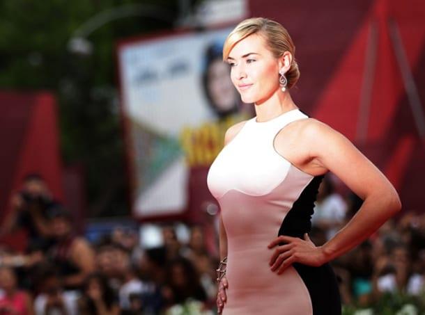 Блондинка в платье