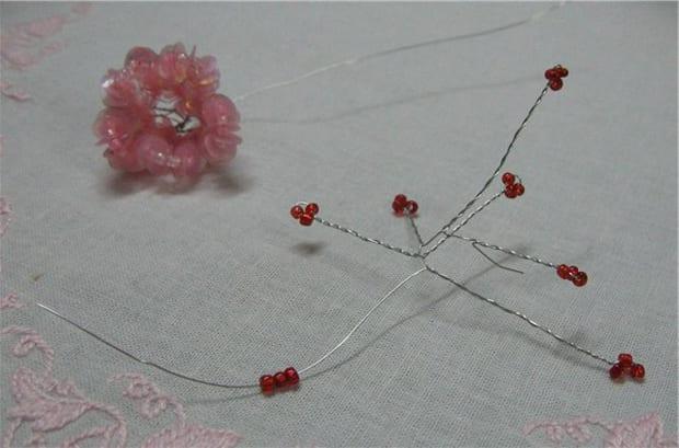 Цветок из паеток и бисера